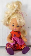 Kleinkind mit rot/violettem Kleid