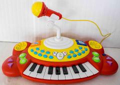 Piano mit Musik, Instrumenten zum Einstellen und Mikrofon