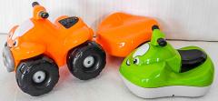 Auto mit Anhänger orange und Schneetöff