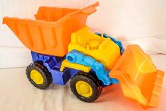 Lastwagen mit Kippe und Schaufel