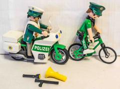 Polizeitöff und Fahrrad grün