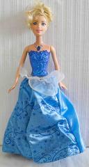 Barbie mit blauem Kleid. Macht Musik und leuchtet