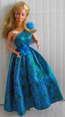 Barbie mit blau/grünem Kleid