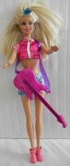 Barbie mit kurzen Jeanshosen und Gitarre
