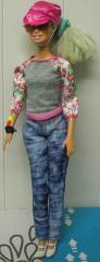 Barbie mit blauen Jeans und grauem Pullover