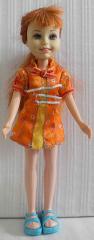 Puppe mit orangem Mini-Kleid