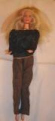 Barbie mit braunen Hosen und Pullover