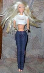 Barbie mit blauen Jeans und weissem Top
